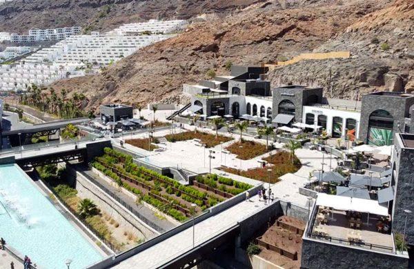 Vista aérea de zona restaurantes mogan mall, gran canaria